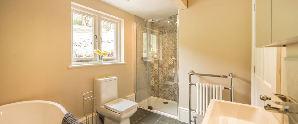 Family bathroom holiday cottage Wye Valley lakeside