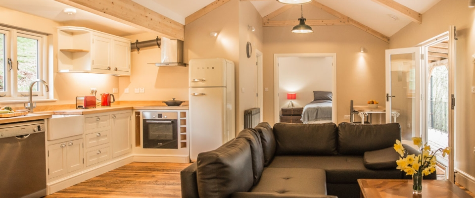 Self-catering lakeside holiday cabin in the Wye Valley